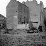 Baugrube-Richtung-Steinstraße-mit-Giebelfassade-vom-Hotel-Metropol-später-Weltfrieden. Foto: Stadtarchiv S-9.2.GRF-F-65a