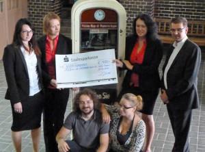 Das Team der Cento-Steuerberatungsgesellschaft und die Vertreter des Fördervereins bei der offiziellen Spendenübergabe