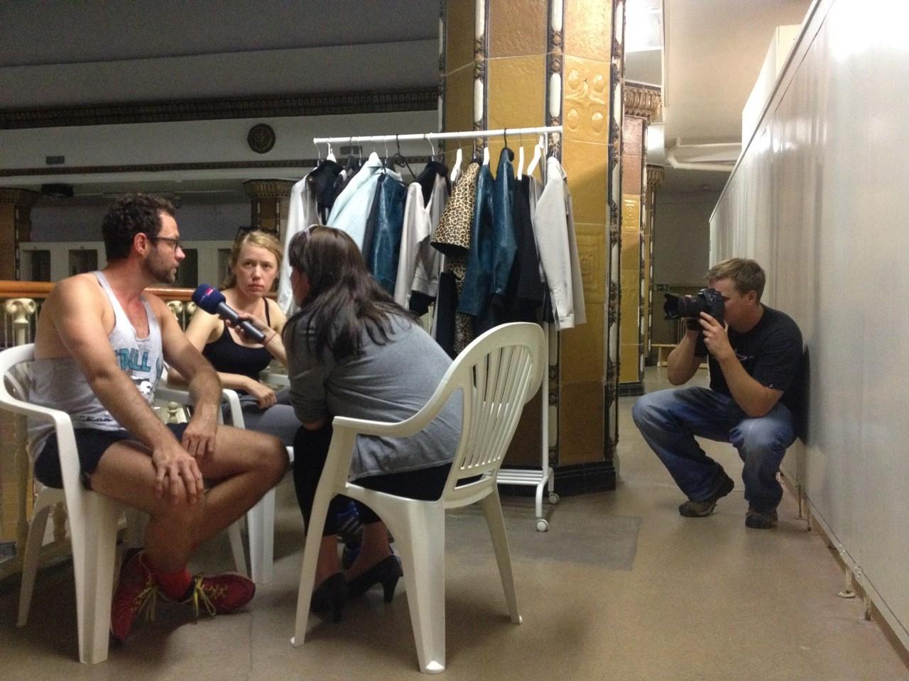 Sebastian Schettler und Heike Becker im Interview mit Anne Sailer; Hintergrund: Fotograf Marco Warmuth