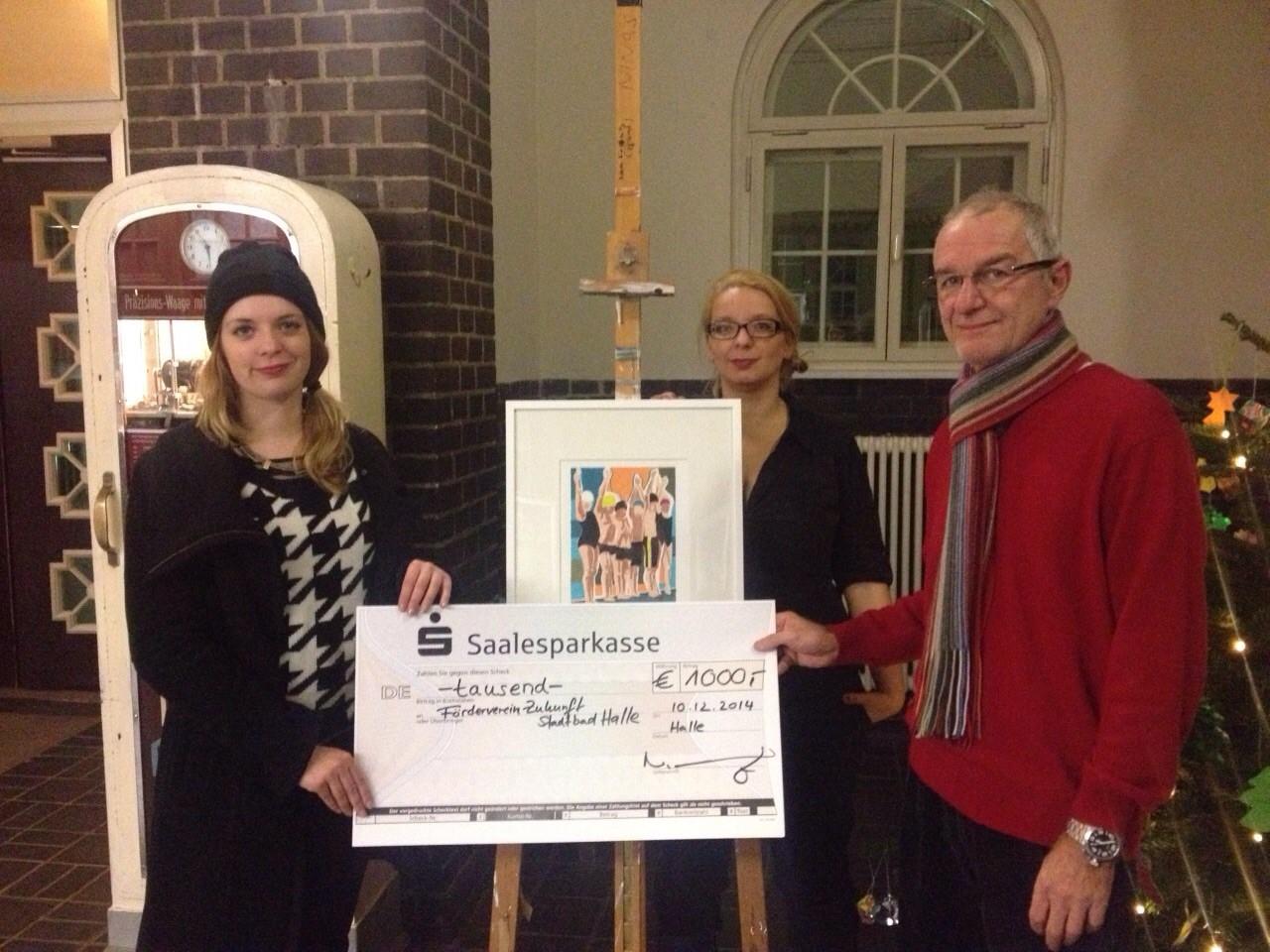 Die Künstlerin Nina Hannah Kornatz bei der Scheckübergabe an den Vorstand des Fördervereins Zukunft Stadtbad Halle e.V. am 10. Dezember 2014