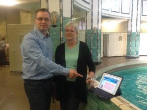 Mario Kerzel und Karin Seifert stellen ihre Plattform in der Frauenhalle des Stadtbades online. Foto: Kathleen Hirschnitz
