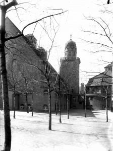 Das Stadtbad vom Franzosenweg mit Turmfigur, 1916. Foto Stadtarchiv Halle