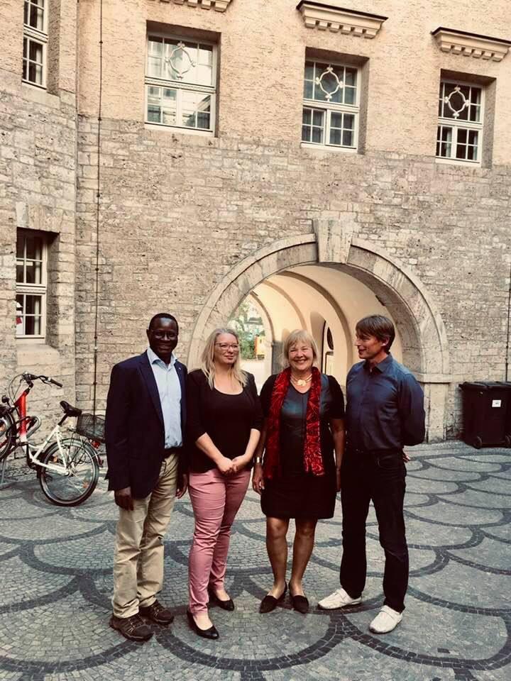 Die Vorsitzende des Fördervereins, Kathleen Hirschnitz, und Dr. Sven Thomas empfängen Bettina Hagedorn und Dr. Karamba Diaby im Stadtbad Halle.